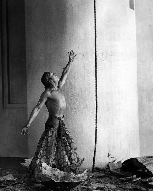 "Douglas Fairbanks with the Magic Rope in ""Thief of Bagdad"" (1924)"